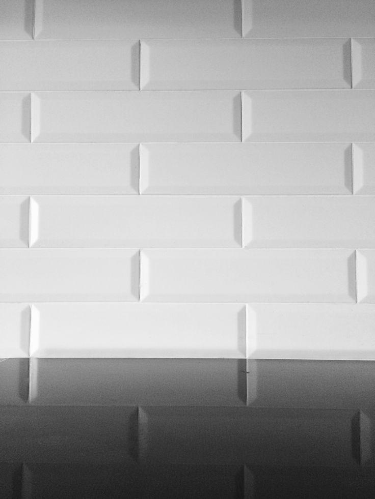 Paret de cuina revestida amb rajola tipus metro. Reformes Osona 2015. Construccions Madrona www.construmadrona.com