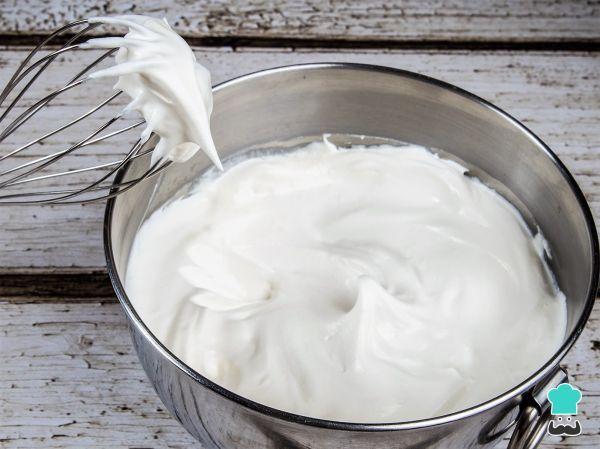 Aprende a preparar crema batida de coco con esta rica y fácil receta. La crema batida de coco es una preparación que se utiliza como sustituto de la nata montada...