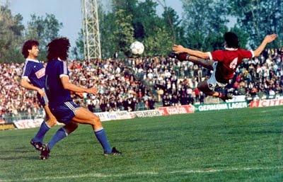 O Γιώργος Μητσιμπόνας ήταν διεθνής Έλληνας ποδοσφαιριστής ο οποίος γεννήθηκε στις 11 Νοεμβρίου του 1962 στην Τσαριτσάνη Ελασσόνας και σκοτώθηκε σε τροχαίο δυστύχημα στις 13 Σεπτεμβρίου του 1997.Ο Μητσιμπόνας ξεκίνησε την ποδοσφαιρική του καριέρα από την ομάδα της γενέτειράς του,τον Οικονόμο Τσαριτσάνης όπου αγωνιζόταν στη θεση του σέντερ φορ και το 1981 μεταγράφηκε στην ΑΕΛ
