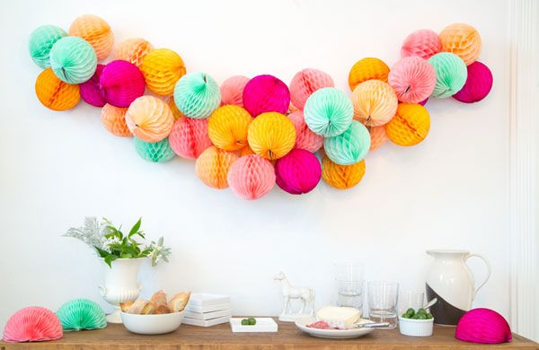 Honeycomb pompom Garland wedding decoration // guirlande pompons nid d abeille decoration mariage
