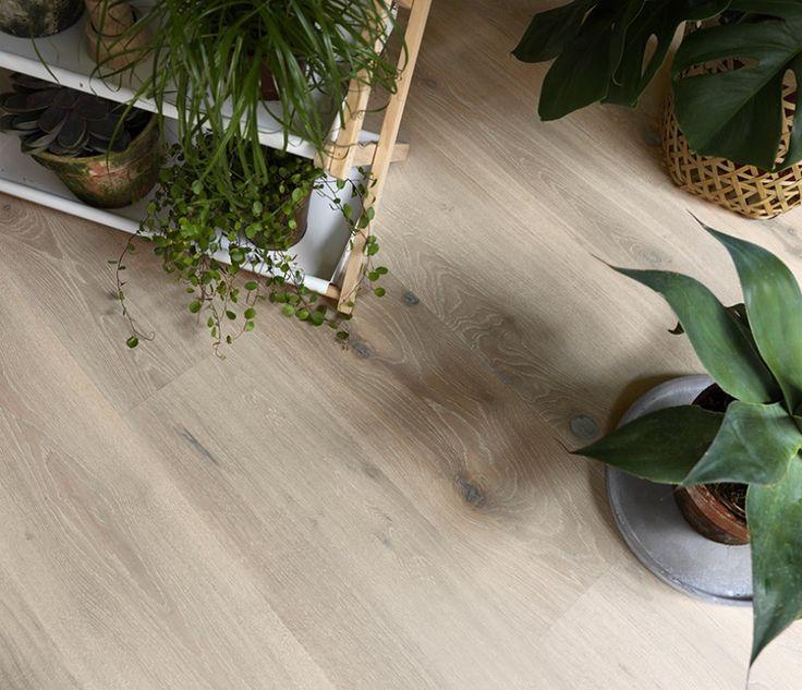Lakk danner en beskyttende hinne, mens oljegulv trekker ned i treverket uten å danne et sjikt på toppen. Lakken hindrer skitt og søle i å trenge ned i treverket og gjør gulvet mer motstandsdyktig mot riper og slitasje. Tradisjonelt forbinder vi lakkerte gulv med blanke gulv. Men slik er det ikke lenger. I dag er det mange typer lakkerte overflater med ulike glansgrader, fra blankt til helt matt. Matt lakk gir gulvet et mer naturlig utseende.