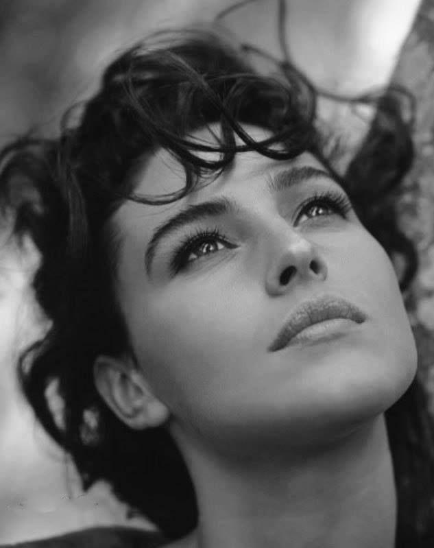 Querida señorita:  El motivo de esta carta es explicarle que quizá algún día encontrará a alguien a la medida. Que se olvide de su pasado, de sus fracasos, que no le importe lo que fue, lo que hizo, lo que algún día por malos actos tal vez perdió. Alguien que la levante, que la perdone, que la cuide, que llore con usted y si es necesario la haga llorar, alguien que la entienda cuando ni siquiera usted lo hace. Alguien que al entrar en su vida le hará saber por qué no funcionó nada con nadie más: