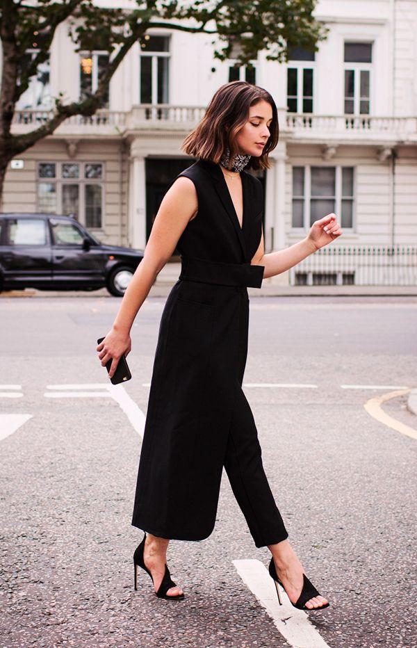Sarah Donaldson usa maxi vestido colete preto com calça preta cropped e maxi choker