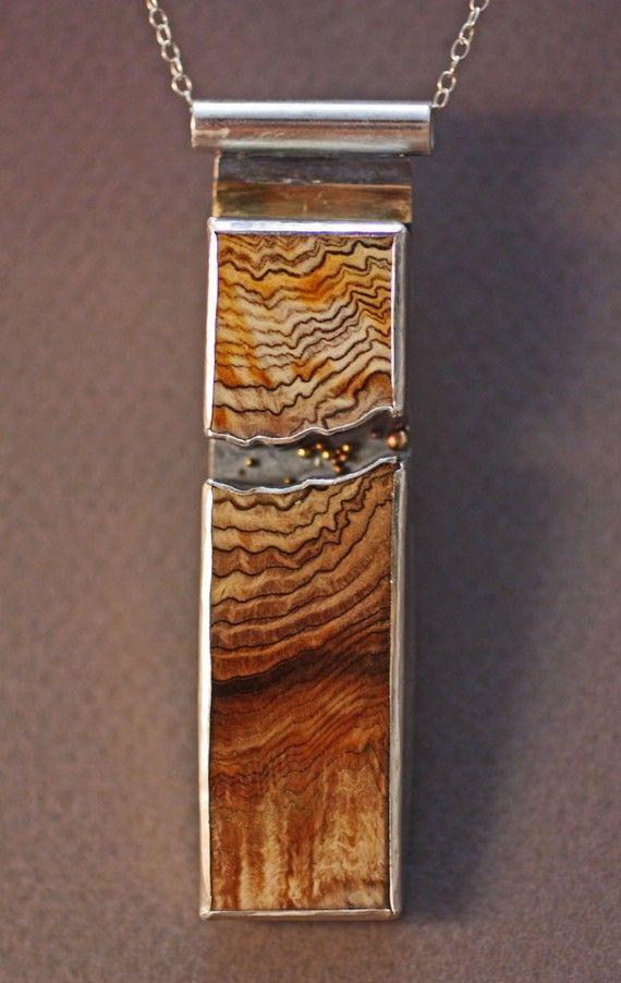 Diesmal machte ein freundlicher Anhänger aus setzen poliert Versteinertes Holz (100 Jahre alt) in Sterling silber mit 18 Karat gold Akzente. Es gibt kleine goldene Kugeln in die Casm zwischen die zwei Stücke Holz. Es ist ein nettes solid Anhänger, der an einer Sterling Kette - ein Stück wahre Aussage kommt