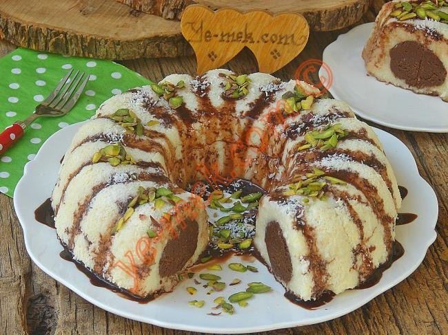 Sürprizli irmik tatlısını yapmak için ilk olarak truff için; 2 su bardağı robottan geçirilmiş kakaolu keki derin bir kap içerisine koyun. Üzerine yarım çay
