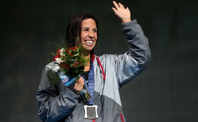 Maya DiRado waves to the crowd after winning the 400m IM (Free)