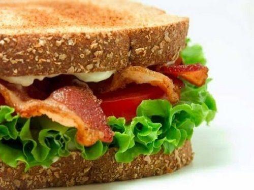 Mic dejun cu sandviș delicios