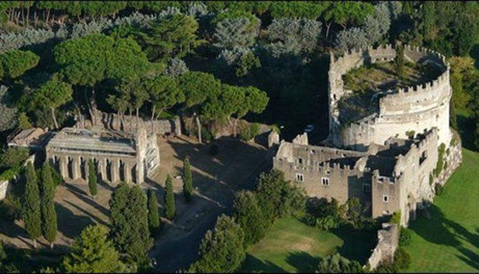 Мавзолей Цецилии Метеллы. Цецилия Метелла была дочерью очень богатой римской семьи, жившей в 1 столетии до н. э., а ее мавзолей был построен в 50 году н. э. Её муж и сын были известными генералами Римской империи, но их власть ослабла с приходом императора Юлия Цезаря