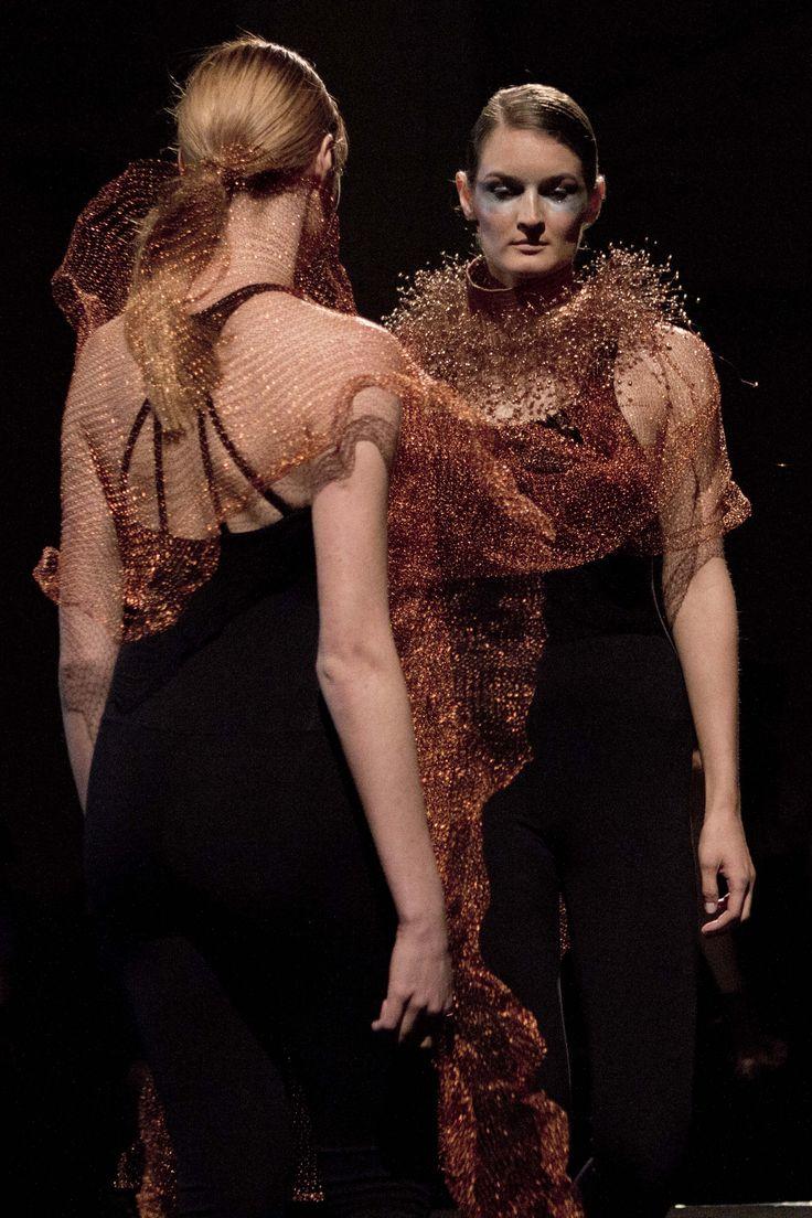 Vestuario tejido en metal. Y complementos en orfebrería en cobre.