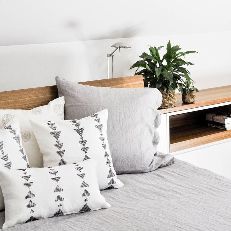 Bold triangle design hand embroidered linen cushion covers //ARTHA Collections #leinen #schlafzimmerdeco #kissen #linen #bedroomdecor #homedecor #pillows #interiors #linenpillows #decorativepillows #bedroomstyling