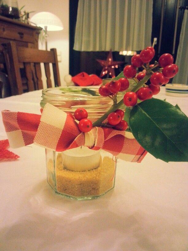 Marmeladenglas, brauner Zucker,  karierter Stoff und Ilex...fertig ist eine einfache,  aber hübsche Weihnachtsdeko.