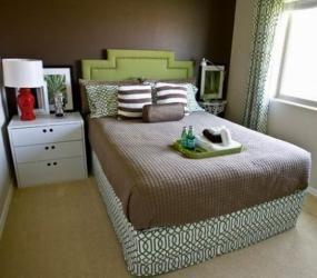 Кровать и комод в узкой спальне