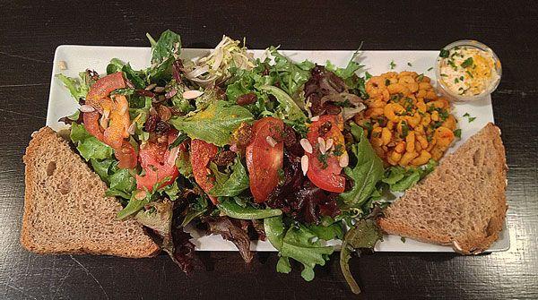 Salade Galicia: Crevettes grillées au safran et curcuma, déglacées au citron. Tomate, orange, poivron, laitue. Crème au curcuma, ail, persil, xérès et notre huile d'olive.