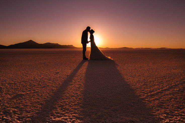 Uyuni Salt Flats Pre-wedding Photoshoot  Pkl Fotografía  © Pankkara Larrea 2016 https://pklfotografia.com