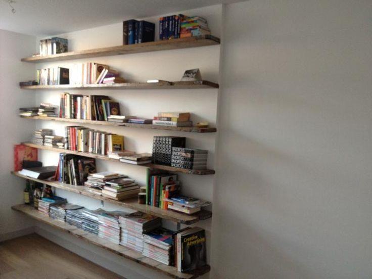 zwevende boekenplanken van steigerhout