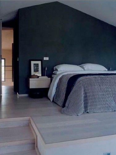 Le bleu marine dans une chambre c'est meublant, alors un lit, deux chevets, du gris parce le bleu l'adore et c'est tout !