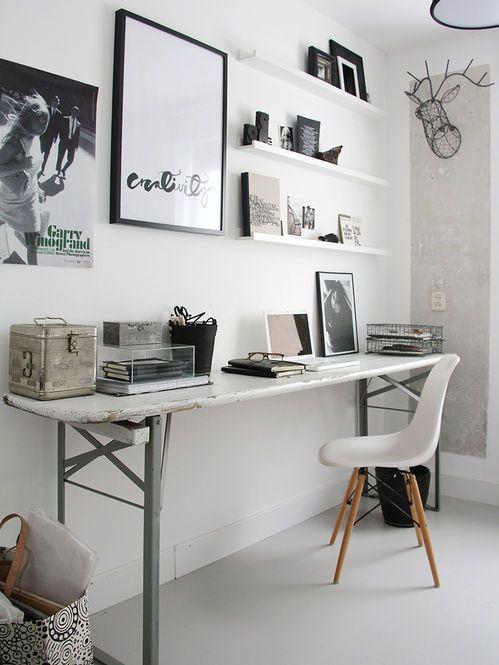 Home office com quadros.