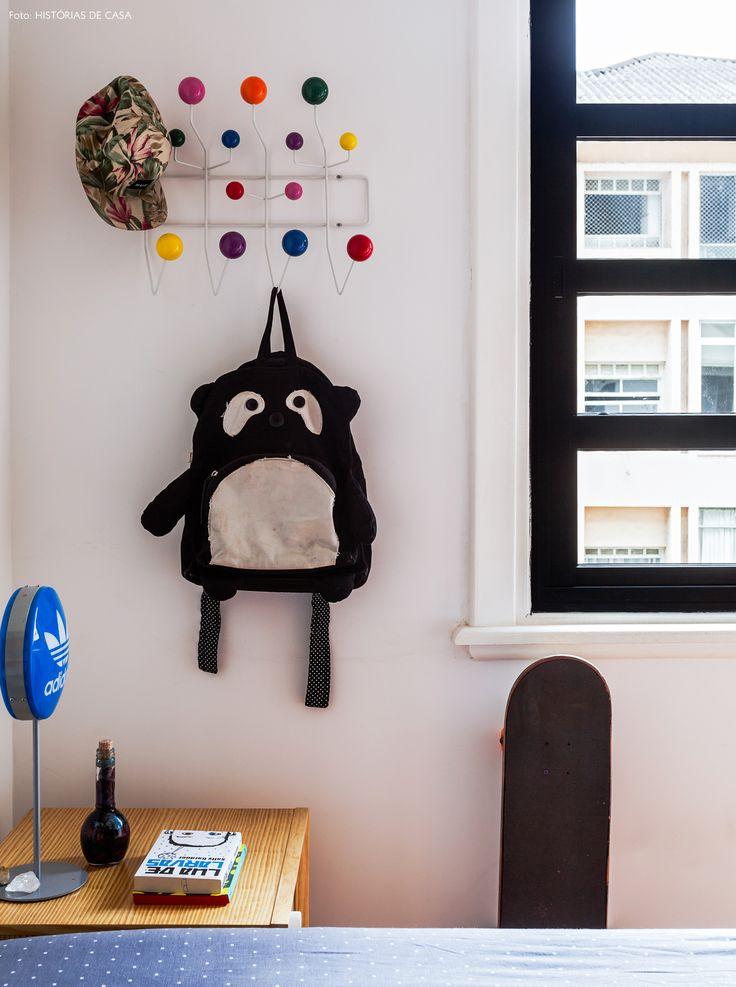 quarto de criança com cabideiro colorido Eames e itens coloridos e esportivos