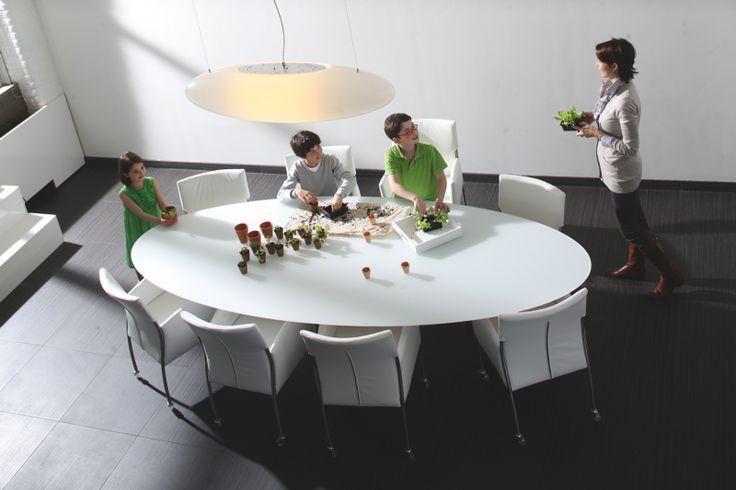 Collectie Prima-Lux en Idee+:  Zeer onderhoudsvriendelijke ovalen tafel