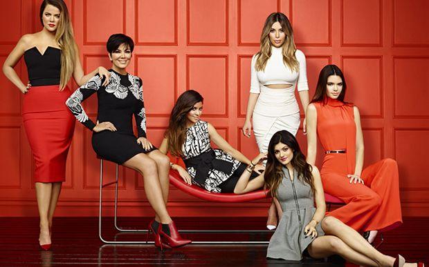 10 famosos que já eram ricos antes da fama O pai de Kim, Khloe e Kourtney Kardashian era Robert Kardashian, um importante advogado e empresário norte-americano. Robert defendeu casos famosos como advogado e também foi o co-fundador de uma empresa de comunicação chamada Radio & Records. Rob já estava separado da mamãe Kardash, Kris, quando morreu de câncer, em 2003. Já o pai de Kendall e Kylie, Bruce Jenner (que recentemente virou Caitlyn Jenner), era um importante atleta norte-americano.