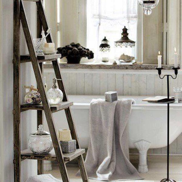 De bonnes idées pour embellir la déco de votre salle de bains, comme ici, utiliser une échelle vintage comme étagère.