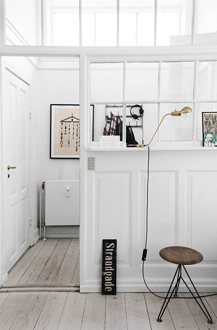 Koti Tanskassa - A Home in Denmar Tämän kodin keittiön väriseinä toimii kiinnostavana kontrastina muiden tilojen vaaleudelle. Laatikostoj...