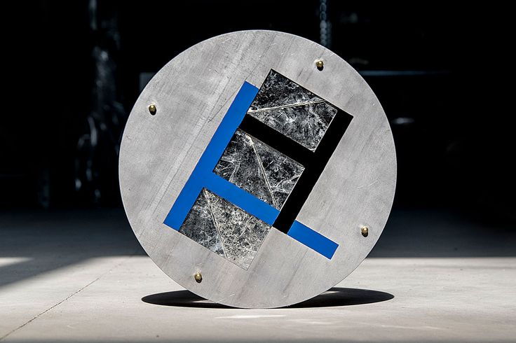 Spaziali is the third project dedicated to the lapis specularis. Spaziali is a series of decorative plates which contain this precious material in a futuristic object, with the aesthetic value close to a contemporary piece of jewelery.