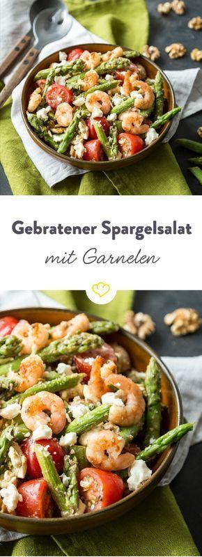 Bis die Spargelsaison ein Ende hat, genießen wir die grünen Stangen in vollen Zügen und verwandeln sie mit Feta, Tomaten und Garnen in einen frischen Salat.