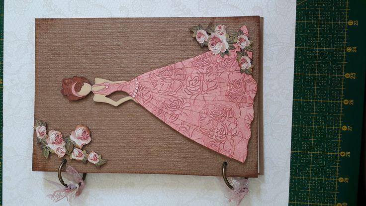Livro de presença para festa.  Pode ser usado como álbum de fotos ou agenda.  Feito a mão com técnica de scrapbook.  Vem com 30 folhas de 180 gramas.  A bonequinha e as rosas são em alto relevo.  Pode ser personalizado.