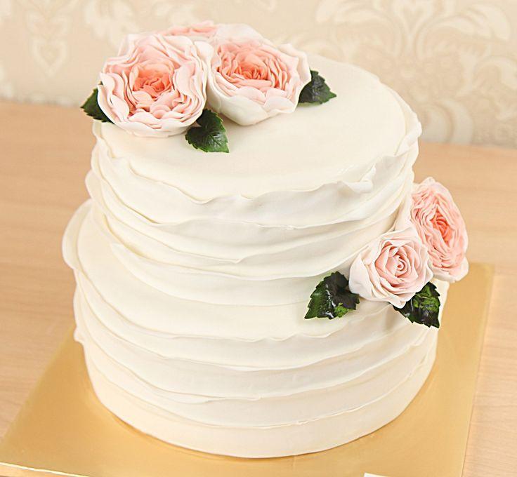 """Свадебный торт """"Розалия""""  Доброе утро, сладкоежки 😃  Московская погода радует солнышком и теплом, а мы хотим показать вам красивый и нежный свадебный тортик, который станет прекрасным украшением вашего торжества. Этот милый тортик, переполненный чувствами и нежностью любящих сердец станет поистине запоминающимся для молодожен. А #сахарныецветы ручной работы,  выполненные в английской технике, несомненно, покорят взгляд любого.  Торты, украшенные цветами в стиле английской техники относятся…"""