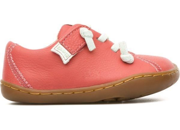 Camper for Kids son zapatos hechos a la altura de los niños: resistentes, seguros, cómodos y saludables para el desarrollo de los pies. Peu nace de la sencilla idea de envolver un pie. De ahí su espíritu orgánico, su aire relajado, su carácter fresco