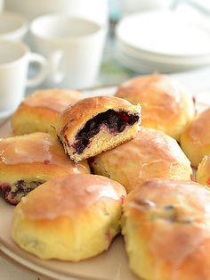 Jagodzianki (bułeczki drożdżowe z jagodami) - puszyste i pełne jagód - prawie BEZ wyrabiania :): Lubisz jagodzianki? Do tej pory pieczołowicie wyrabiałaś ciasto drożdżowe? A...