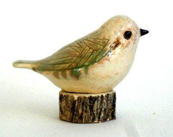 Gevlekt in een sage groen glazuur, heeft deze prachtige vogel de uitstraling van een vintage stuk, liefdevol behandeld en voorzichtig leeftijd. Subtiele ingesneden patronen over de kop, vleugels en borst vangen het glazuur en accentueren van de vogel sierlijke vorm. (OPMERKING: hout segment voor foto doeleinden) Elke vogel in mijn ecoflock is handgebouwd, waardoor ze een van een soort, dit een van de witte klei, en afgewerkt door mij in mijn atelier. Benaderende afmetingen- 4 lengte 2,5-i...