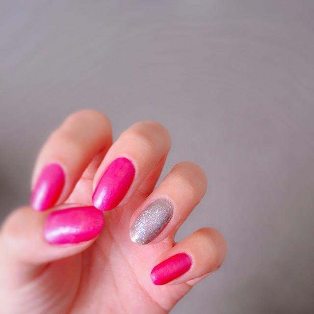2017/01/05 🌄🎍🌅 . 実家にあるポリッシュのみ、という縛りで。 左手。 . 赤を1度塗りして、その上にパールピンクを塗ったらホットピンクなネイルに💓 . . ⭐︎使用ポリッシュ #HOMEI #ダイヤモンドネイルポリッシュ #プラチナダイヤモンド  #EBネイルカラー bnpg-05 #Nパレイディアムネイルポリッシュ 24,32 #ATトップベースコート . #セルフネイル #ポリッシュ #マニキュア #ラメネイル #ロカリネイル #シルバーネイル #ピンクネイル #キャンドゥ #パールカラー #パールピンク #ホットピンク #nails