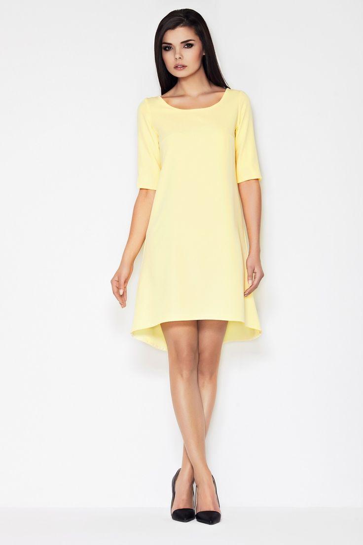 Sukienka asymetryczna z krótkimi rękawami wykonana z niegniecącego się materiału. Wytrzymała oraz miła w dotyku tkanina sprawi, że będziesz się w niej czuła komfortowo a sukienka posłuży długie lata. Na plecach posiada efektowne rozcięcie wiązane tasiemkami. Całość starannie i estetycznie wykonana. Ta uniwersalna sukienka na pewno sprawdzi się w wielu sytuacjach. Sukienka jest dostępna w dwóch wariantach kolorystycznych.