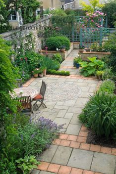 Harpur Garden Images Ltd :: vward1 Small urban town courtyard garden yorkstone terracotta paving slab patio terrace tables chairs dine dining entertain design division screening blue green painted trellis overview room outside outdoor living pots containers Design: David Stevens for Veronica Wardell Bath, Somerset UK Jerry Harpur Small, urban, town, courtyard, garden, paving, blue, green, painted, trellis, Bath, Somerset, UK, Jerry Harpur,