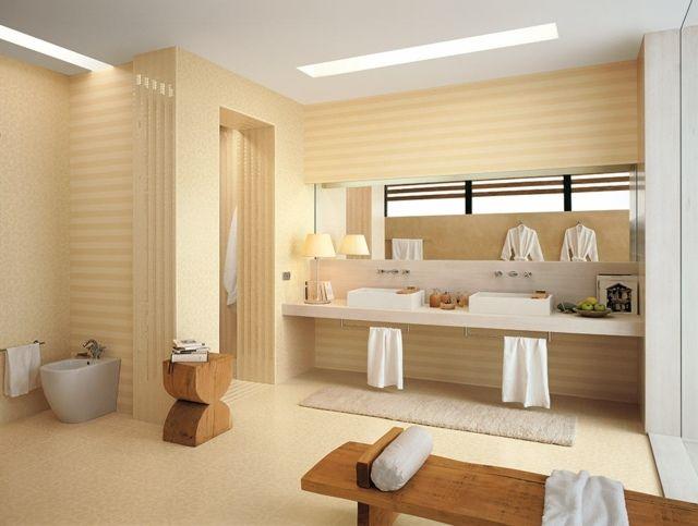 carrelage salle de bains en beige clair à rayures et un banc en bois