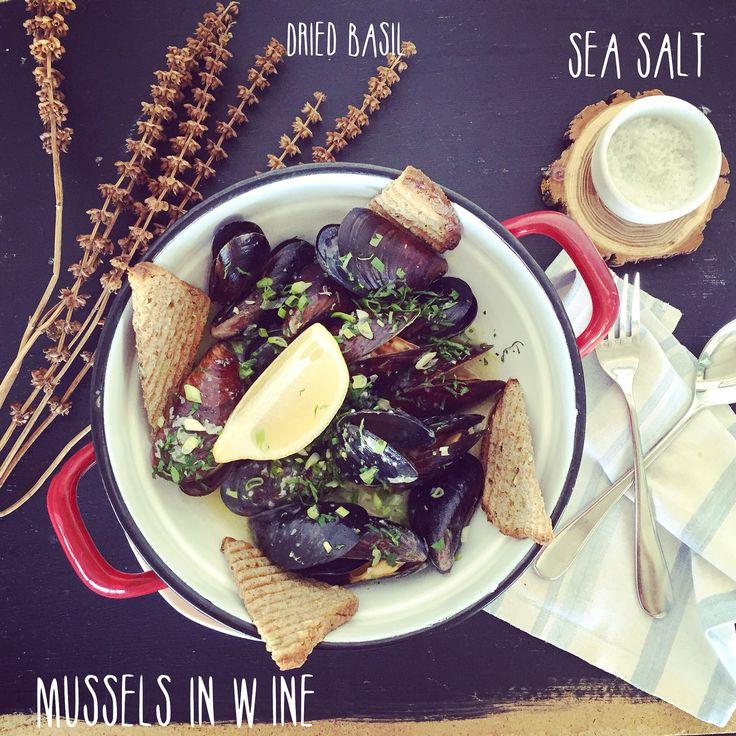 l u n c h by t h e S e a #beautifulview #goodfood #autumn #walk #delicious #salt #wine #garlic #basil #bread #home #instagood #foodporn #foodgasm #instalike #instabacaro #bacaroport