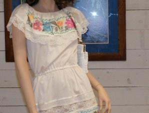"""abito bianco con ricami in punto croce stile """"figli dei fiori"""" ed elastico in vita"""