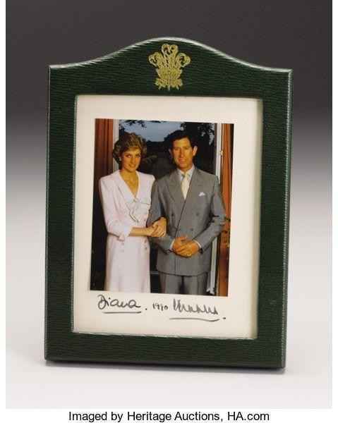 Royal Memorabilia: Brits, Prince of Wales Presentatie Frame met ondertekende origineel Photographof Prins Charles en Prinses Diana.  Getekend Diana ...