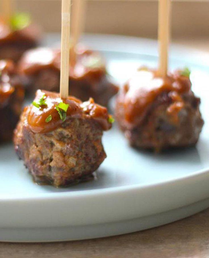 Heb je een tapasavondje met vrienden? Deze gehaktballetjes met satésaus zijn heerlijk en makkelijk om te maken.
