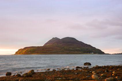"""Holy Isle, Escocia. En la costa oeste de Escocia, muy cerca de Arran, Holy Isle es un refugio espiritual propiedad de un lama budista. Los visitantes pueden quedarse un día o más para pasear por la isla o dedicarse a temas más espirituales, como un curso de meditación, yoga o incluso de """"sueños lúcidos y plenitud mental"""". Puedes volar a Glasgow y luego coger un tren. Y si realmente estás que te mueres por meditar, siempre puedes ir en helicóptero."""