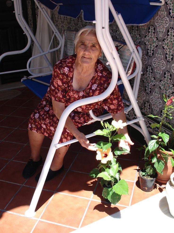 Es mi abuela Rosa, de 85 años. Todo un modelo a seguir. Crió a 6 hijos sola mientras mi abuelo estaba en Alemania porque tuvo que emigrar para trabajar. Años después tuvo el coraje de criarme durante dos años porque por circunstancias laborales mis padres estaban lejos y cada uno en un lugar de Andalucía. Yo tenía entonces dos añitos y los recuerdos que guardo de ese tiempo con ella son estupendos. Hoy día tiene 6 hijos, 12 nietos y 6 biznietos. Ojalá siga con la misma fuerza muchos años…