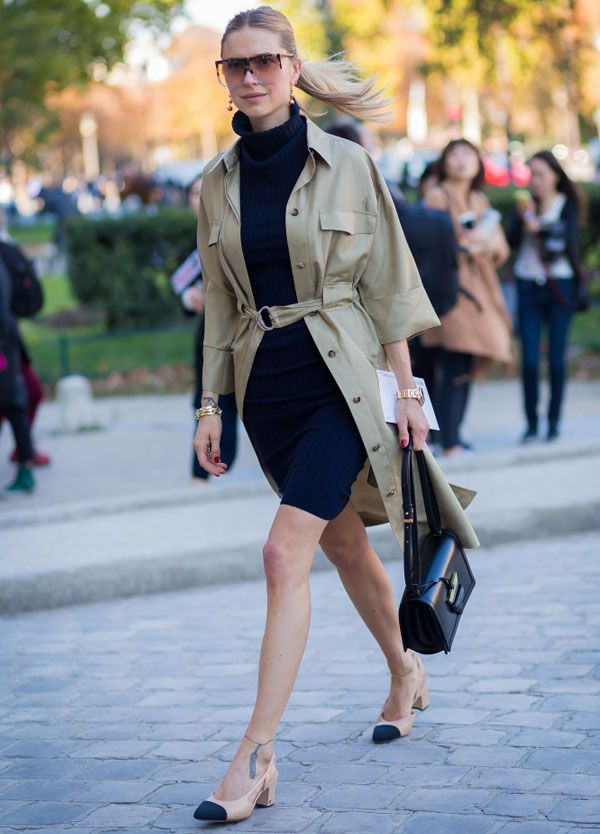 Look de Pernille Teisbaek com sapato Chanel e trench coat.