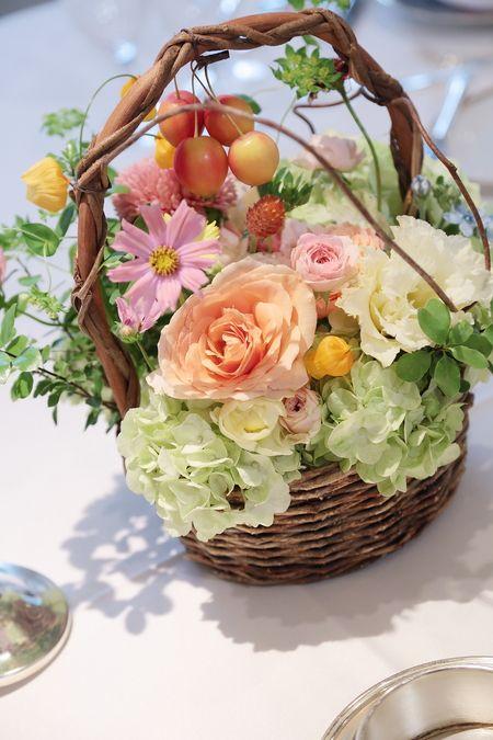 10月の如水会館様の会場装花、 秋の枝リンゴとコスモス、バスケット仕立て。  って、全くピントがあっておりませんが。   この日一会は秋の...