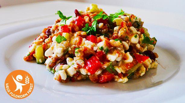 <p>Denne opskrift lever op til fuldkornslogoet.</p> <p>Hytteost har et højt proteinindhold og en lav fedtprocent.</p> <p>Denne salat fungerer godt som et lækkert mellemmåltid. Samtidig egner salaten sig som tilbehør til kød, især fisk som f.eks. laks.</p>