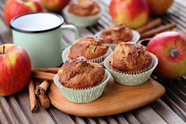 Les muffins aux pommes—Vous ne savez que faire de toutes vos bonnes pommes? Les muffins aux pommes représentent une merveilleuse façon de cuisiner celles-ci!En plus d'être faciles à préparer, les muffins sont idéaux pour la boîte à lunch. On prévoit donc de belles recettes santé et peu sucrées pour les déjeuners et collations, alors qu'on préfère les muffins aux pommes de type petits gâteaux pour les desserts.Nous avons réuni pour vous 15 recettes de muffins aux pommes qui valent le détour!