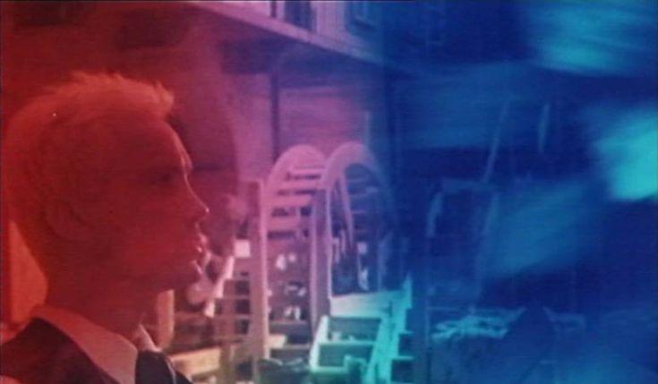 """10. kép: """"Egy fényt, egy súgárt, s egy képet fest az Igazság: / Mégis ezerképpen tűnik előnkbe nekünk. / Nem csoda: mert amint sürü, vagy ritka az elme, / Úgy szegi a súgárt célja, s aránya fele."""" (<em>Nárcisz és Psyché</em>. Bódy Gábor, 1980)"""