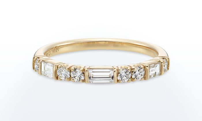 GINZA TANAKA120周年を記念したハーフエタニティリング。存在感あるバゲットカットとラウンドカットのダイヤが連なる定番的なリング。ほかのリングとの重ね着けにもおすすめです。艶やかでありながらカジュアルな装いにもなじむ、永く愛せるデザインです。*当ウェブサイトに表記されている価格は税込価格です。