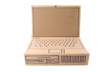 Deze surprise is mede mogelijk gemaakt door Bobshop.nl Benodigdheden: - een rechthoekige, liefst zo plat mogelijke kartonnen doos - een groot stuk los karton - Verf - Tape - Afbeelding van een beeldscherm (bijvoorbeeld de huidige achtergrond van je computer of een Windows scherm) Knutselen